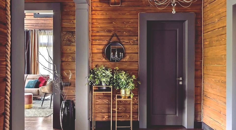 Kolorystyka wnętrza składa się z naturalnych odcieni - naturalnych odcieni drewna, podkreślonych specjalnym olejem, uzupełnionym szarością (drzwi wewnętrzne i portale, wystrój prywatnych pokoi), beżem (tapicerowanie kanciastej sofy, krzeseł, foteli), a także kilkoma jasnymi akcentami w postaci doniczek i tkanin .